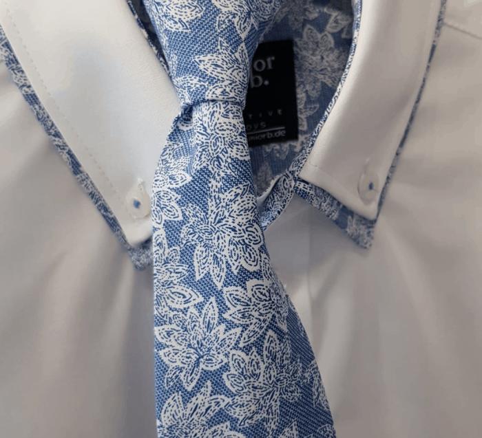 Junior B Muster für Doppelkragen und Krawatte beim Kommunionanzug